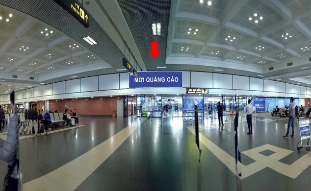 Vị trí IP12: Bảng quảng cáo hộp đèn ốp tường phía trên cửa ra khu vực công cộng ga đến, sảnh B, tầng 1