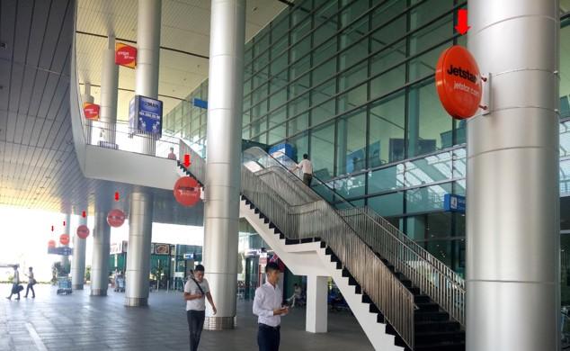 Vị trí IP21 - IP32: Hệ thống 12 hộp đèn tròn treo cột Tầng 1, Sảnh công cộng bên ngoài Ga đến, vị trí quảng cáo nằm ngay khu vực hành lang sảnh công cộng bên ngoài Ga đến Quốc tế - Quốc nội