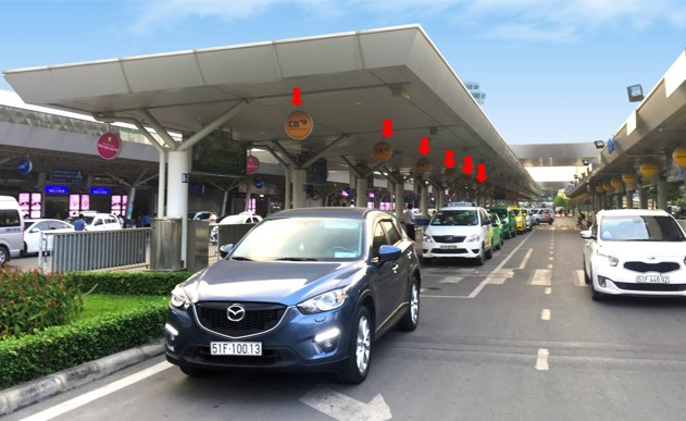 Vị trí Quảng cáo: 20 bảng quảng cáo logo tròn treo thả dưới mái che làn đón xe số 1, nhà Ga Quốc nội