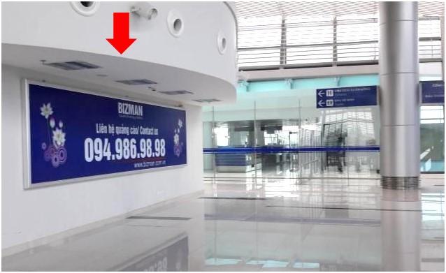 Vị trí IP47: Bảng quảng cáo ốp tường phía bên phải của khu vực quầy check-in