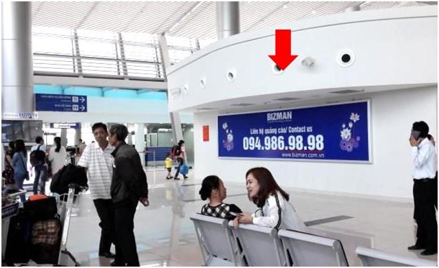 Vị trí IP48: Bảng quảng cáo ốp tường phía bên trái của khu vực quầy check-in