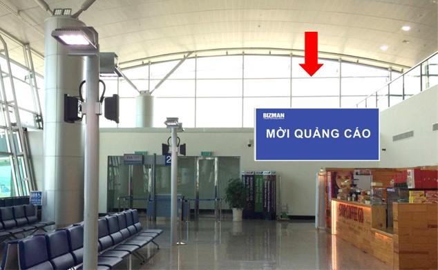 Vị trí ID02: Bảng ốp tường khu vực phòng chờ lên máy bay Gate 26 đến 27, Ga đi Quốc tế