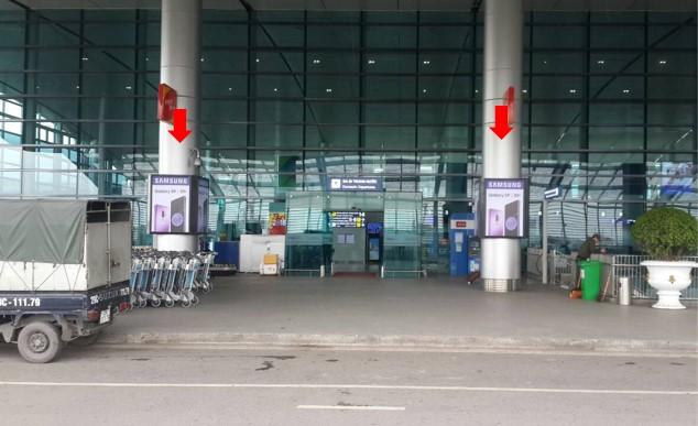 Vị trí IP49 - IP52: Bảng quảng cáo ốp cột tại sảnh công cộng bên ngoài Ga đi tầng 2, khu vực lối vào check-in