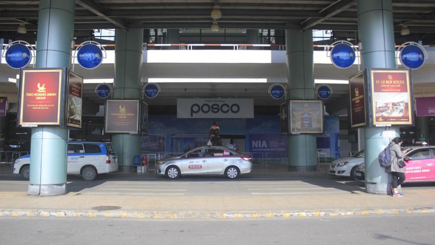 Vị trí OP161 đến OP168: 08 Hộp đèn ốp cột sảnh công cộng bên ngoài Ga đến khu C, Nhà Ga hành khách T1, hướng nhìn từ Bãi đỗ xe nhìn vào