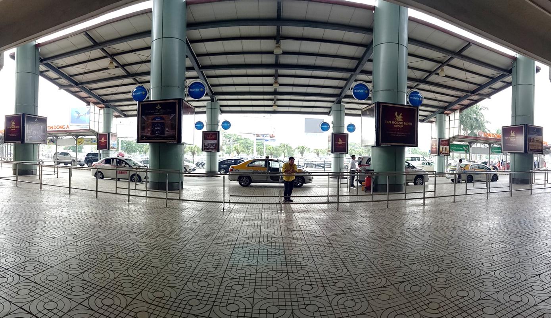 Vị trí OP161 đến OP168: 08 Hộp đèn ốp cột sảnh công cộng bên ngoài Ga đến khu C, Nhà Ga hành khách T1, hướng nhìn từ bên ngoài ga đến khu C nhìn ra